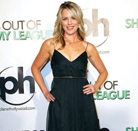 Jessica St.Clair  in a gorgeous black outfit poses at the red carpet.