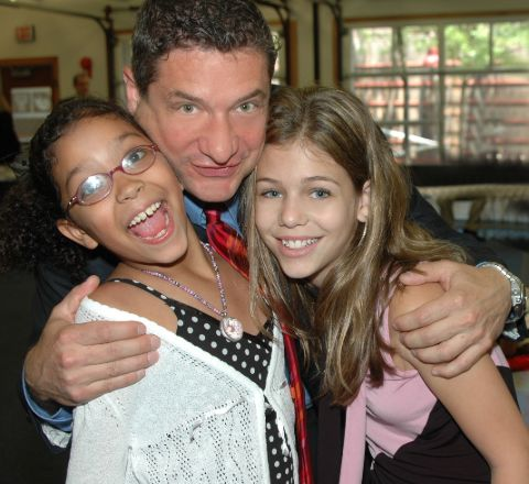 Rick Leventhal giving a pose along with his daughters.
