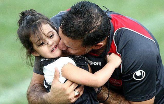 Ali Daei kissing his daughter