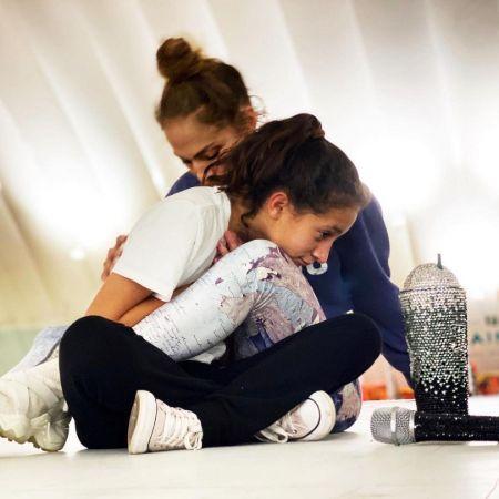Emme Maribel Muñiz with Jennifer Lopez at her practice