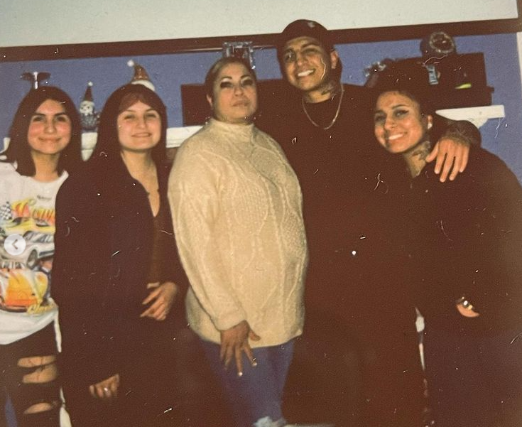 Mario Barrios with his mom and sisters