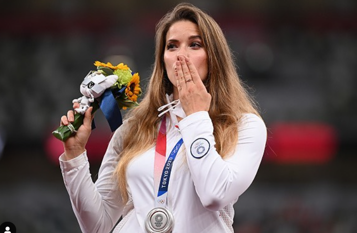 Maria Andrejczyk  auctioned off her silver medal