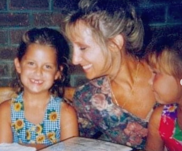 Shelby Rogers with her mother and sister